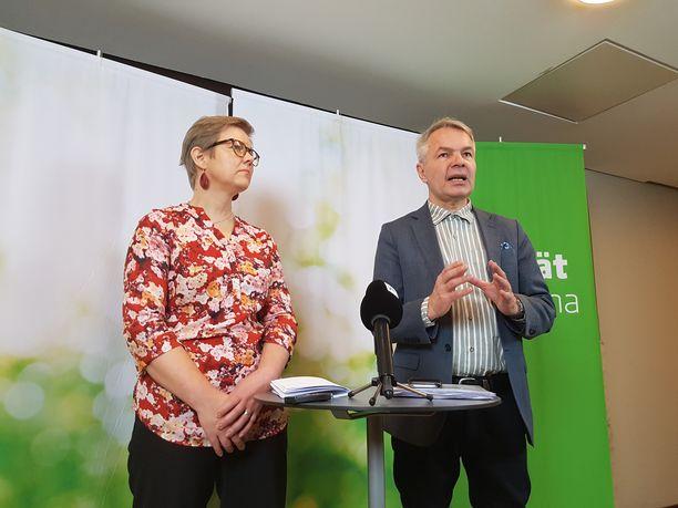 Vihreiden eduskuntaryhmän puheenjohtaja Krista Mikkonen ja Pekka Haavisto puoluevaltuuskunnan tiedotustilaisuudessa Helsingissä lauantaina.