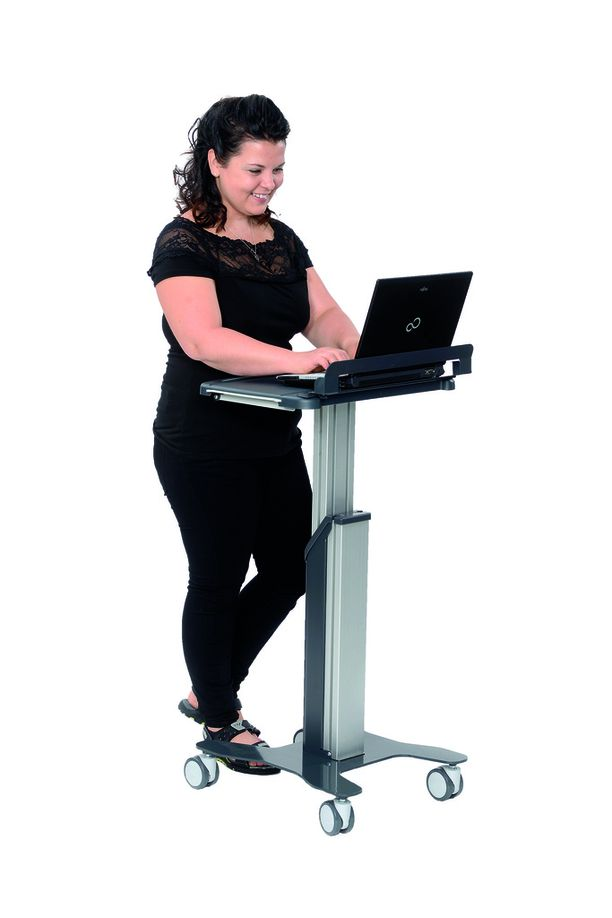 Työpisteen ääressä voi työskennellä seisoen tai istuen.