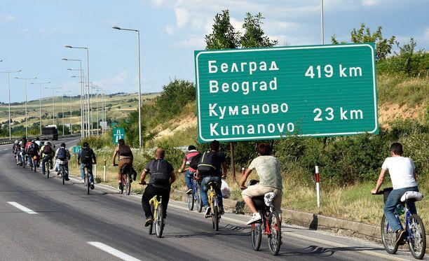 Syyriasta saapuvia siirtolaisia matkalla EU:n alueelle Makedonian pääkaupungin Skopjen lähellä.