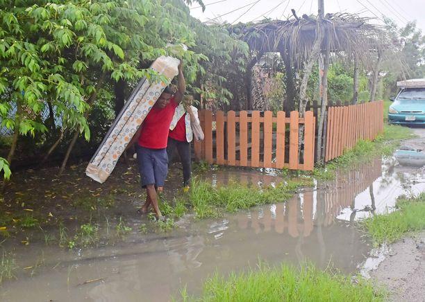 Ihmisiä on evakuoitu hurrikaanin takia laajasti eri puolilla Keski-Amerikkaa.