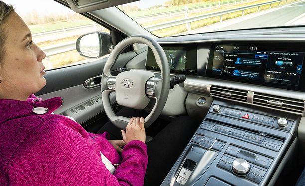 Hyundai Nexon ajoavustimet mahdollistavat puoliautomaattisen ajamisen. Auto pysyy täsmällisesti omalla kaistallaan myös mutkissa.