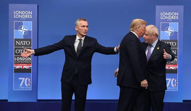 Pääsihteeri Jens Stoltenberg Naton juhlakokouksessa Lontoossa keskiviikkona. Oikealla Ison-Britannian pääministeri Boris Johnson ja etualalla Yhdysvaltain presidentti Donald Trump.