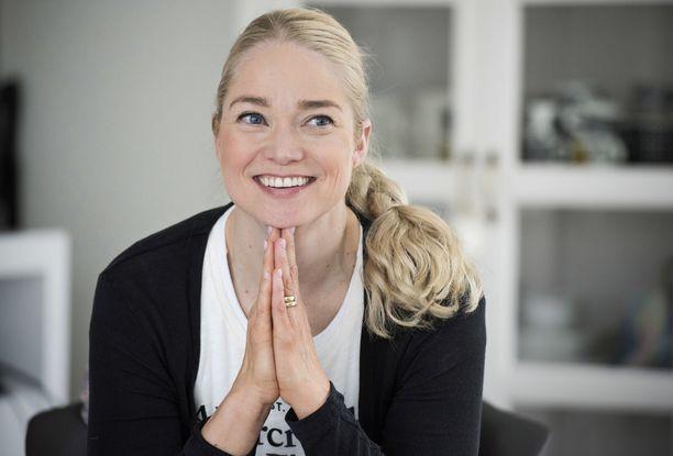 Pippa Laukka opastaa ohjelman osallistujia terveellisempien elämäntapojen pariin.