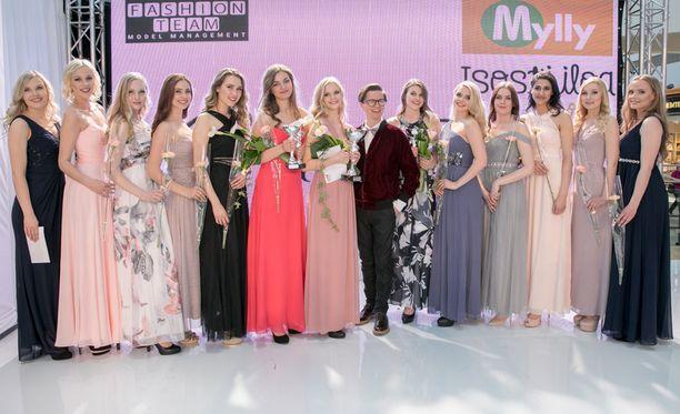 Koko Miss Turku -katras yhdessä juontaja Sami Sykön kanssa.