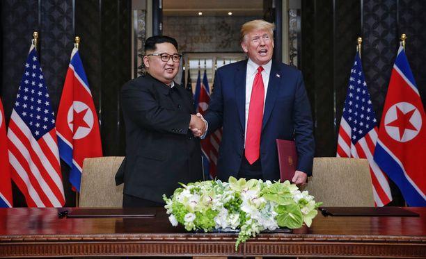 Varauksia Donald Trumpin ja Kim Jong-unin tapaamisessa riitti - ja korulauseita.