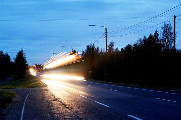 Käräjäoikeuden käsityksen mukaan ajokeli oli hyvä. Kuvituskuva öiseltä valtatie kahdeksalta.