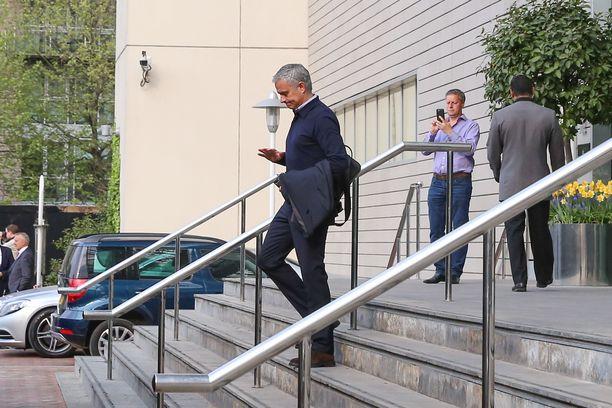 José Mourinho oli hotellista poistuessaan helppo kohde paparazzeille.