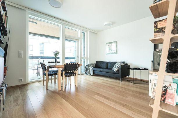 Talo kolmio kuuluu taloyhtiöön, jossa on yhteinen saunatila, kanoottivarasto ja kuntosali. 45 neliön asunnolla on hintaa 435 000 euroa.