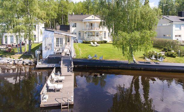 Ari Hjelm on perheineen asunut myynnissä olevassa kodissa vuodesta 2004 lähtien.