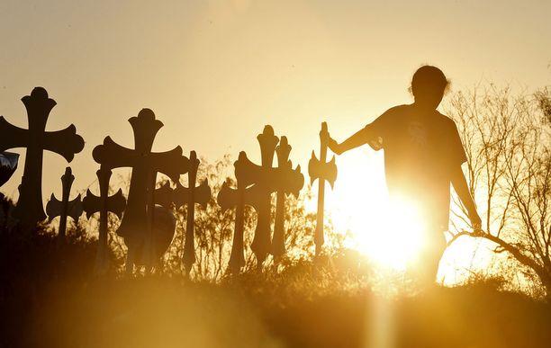 Joukkoampumisen uhreille pystytettiin muistoristit neljänsadan asukkaan Sutherland Springsiin. Kylä sijaitsee San Antonion itäpuolella.