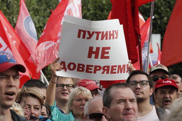 Venäjän eläkeprotestit jatkuvat sunnuntaina. Kuva protesteista 2. syyskuuta Pietarissa.