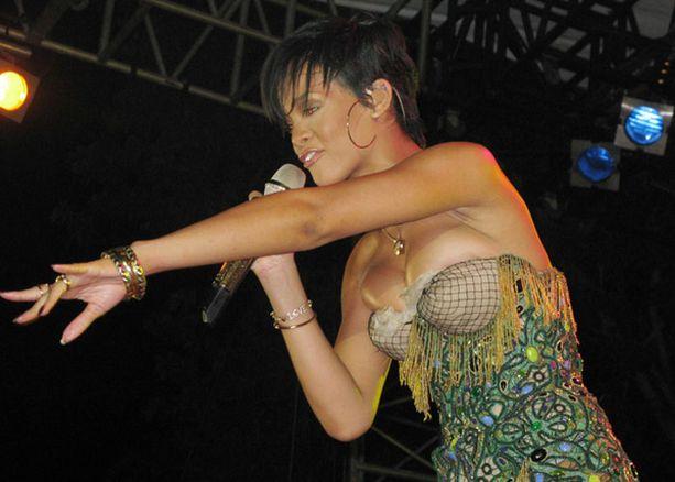 Rihannan värikäs puku ei ollut pysyä yllä.