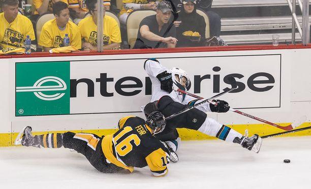 Pittsburghin Eric Fehr ja San Josen Tomas Hertl kompastelivat toisessa loppuottelussa.