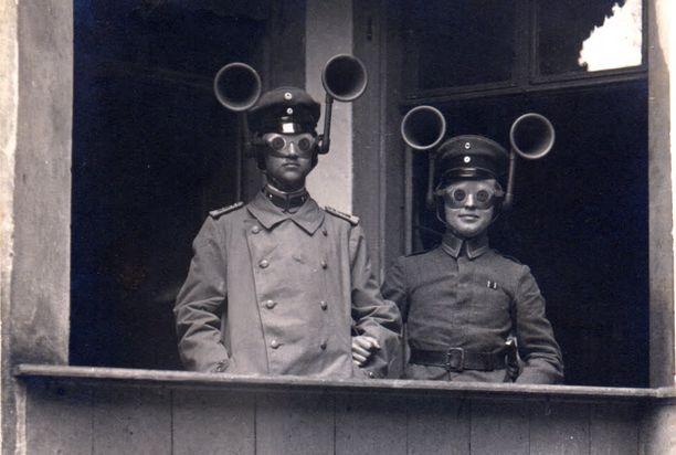 Saksalainen tarkkailuasema vuonna 1917. Korvaluurit vahvistivat ääntä ja pää pystyttiin kääntämään kohti lähestyvää konetta. Silmillä oli vielä jonkinlaiset kiikarit.