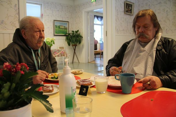 Pyttipannu maistui Pekka Valkealalle ja Jorma Salmiselle Siunakselakodissa.