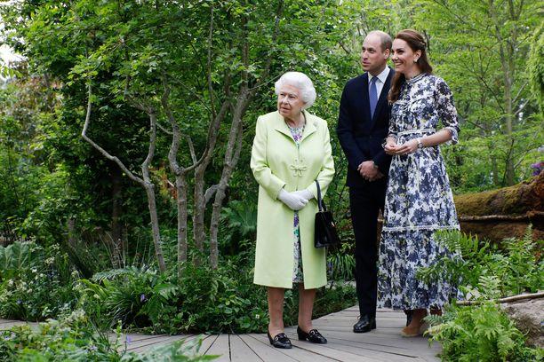 Kuningatar Elisabet viihtyi hyvin herttuatar Catherinen siistimässä puutarhassa.