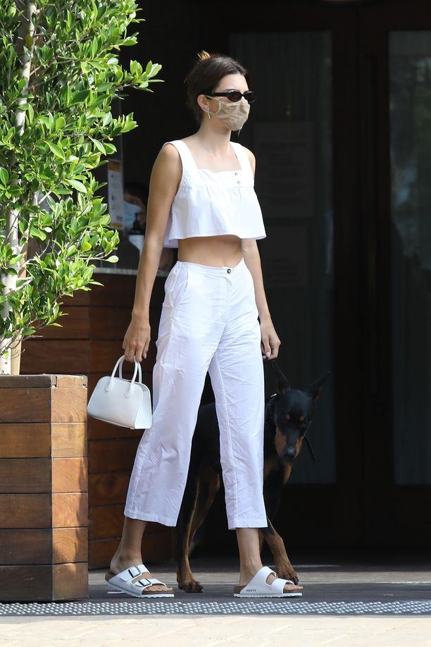 Kendall Jenner puki valkoista päästä päähän. Birkenstockit näyttävät raikkailta mukavassa shoppailuasussa!