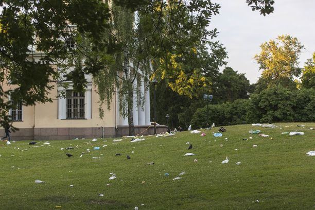 Roskia oli erityisesti Isossapuistossa, jotka käytettiin myös jatkopaikkana ravintoloiden mentyä kiinni.