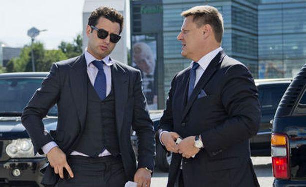 Roman Rotenberg (vas.) ja Hartwall Areenan hallituksen jäsen Kai Paananen.