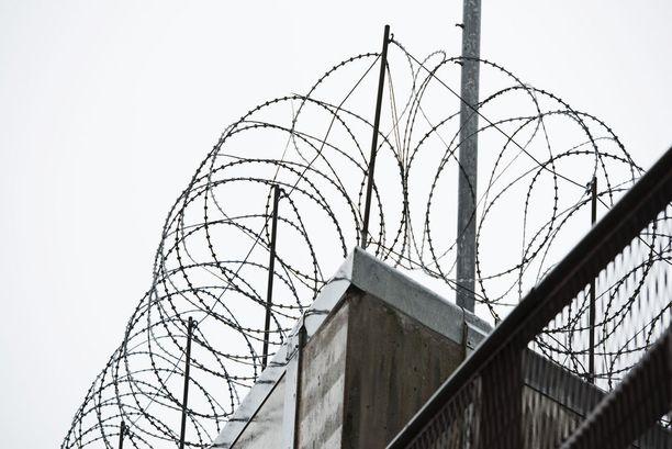 Taposta tuomittu helsinkiläismies käveli ulos vankilasta, kun hovioikeus alensi hänen tuomiotaan.