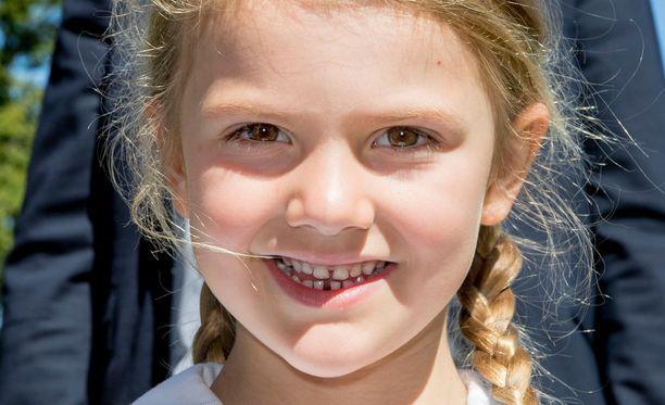 Hymyileväinen Estelle on hurmannut ruotsalaiset.
