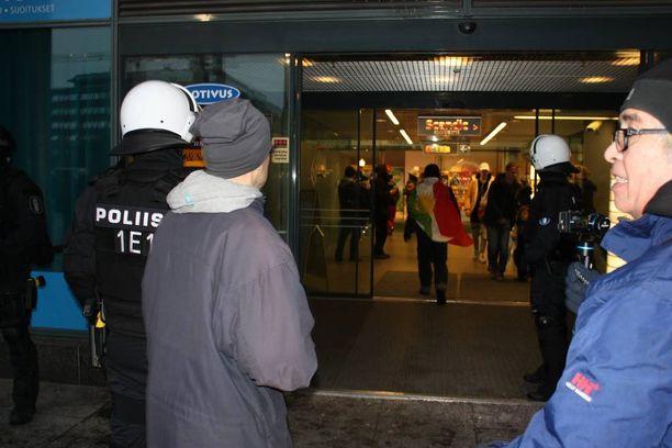 Poliisit jäivät kauppakeskus Forumin ovelle, kun häiritsijät pakenivat keskuksen sisuksiin.