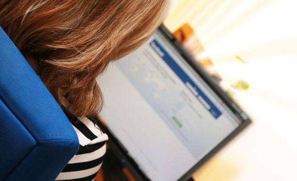 Rikoskomisario Olavi Saunamäen mukaan poliisilla ei ole mahdollisuuksia vaikuttaa sosiaalisessa mediassa leviäviin viesteihin.