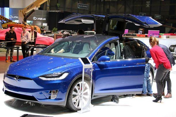 Viime vuonna esitelty Tesla Model X pääsee nyt tuotantoon.