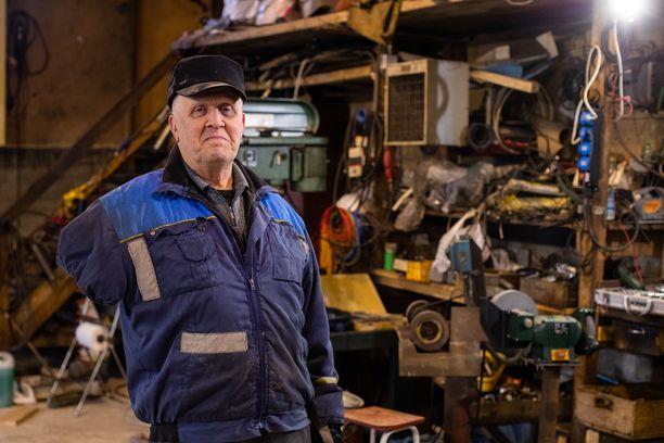Reino Kokkola on elättänyt itsensä ja perheensä yli 50 vuotta tekemällä työtä ainoalla jäljelle jääneellä kädellään: toisen käden vei tapaturma vain 19-vuotiaana vuonna 1966.