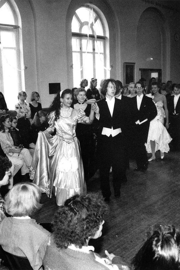 Vaikka opetus on vuosien saatossa muuttunut, ovat monet perinteet yhä ennallaan. Vanhojen tanssit vakiintuivat opetussuunnitelmiin 1980-luvun taitteessa. Kuvassa vanhojen tanssit ovat käynnissä Ressun lukion juhlasalissa Helsingissä vuonna 1991.