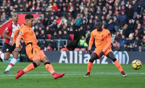 Roberto Firmino (vas.) viimeisteli Liverpoolin avausmaalin Southampton-voitossa.