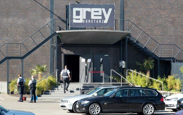 Poliisit seisoivat rikospaikan Grey-klubin ovella sunnuntaina.