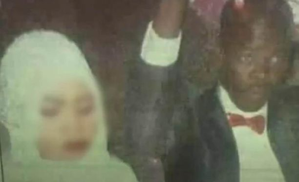 Noura Hussein hääpäivänä miehensä kanssa.