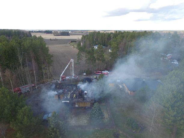 Tulipalo oli tuhoisa ja muodosti runsaasti savua.