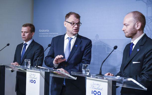 Pääministeri Juha Sipilä (kesk) aikoo muodostaa hallituksen Petteri Orpon kokoomuksen sekä Uusi vaihtoehto -ryhmän kanssa. Sampo Terhosta sorvataan kolmatta ministeriä hallitusta johtavaan trioon.