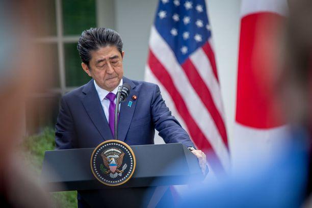 Shinzo Abe on väitetysti kyllästynyt keskustelemaan jatkuvasti Trumpin kanssa, mutta japanilaiset eivät halua loukata läheistä liittolaistaan.