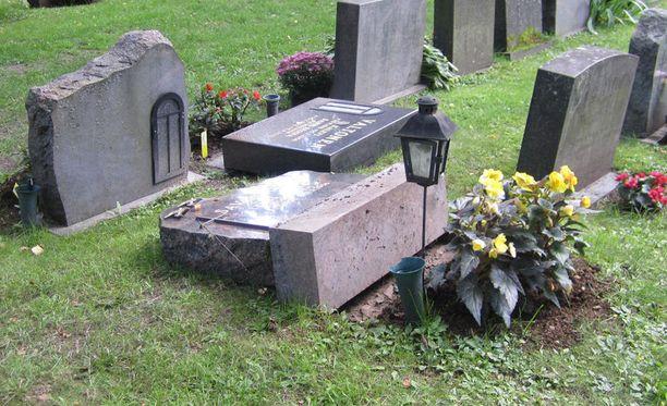 Ulvilassa uudella hautausmaalla oli kaadettu muutama hautakivi aamuyöllä lauantaina. Kuvituskuvan hautauskivet eivät liity tapaukseen.