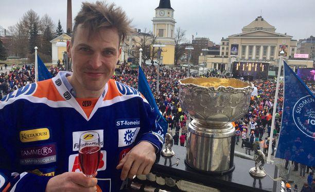 Pekka Saravo poseeraa Raatihuoneen parvekkeella.