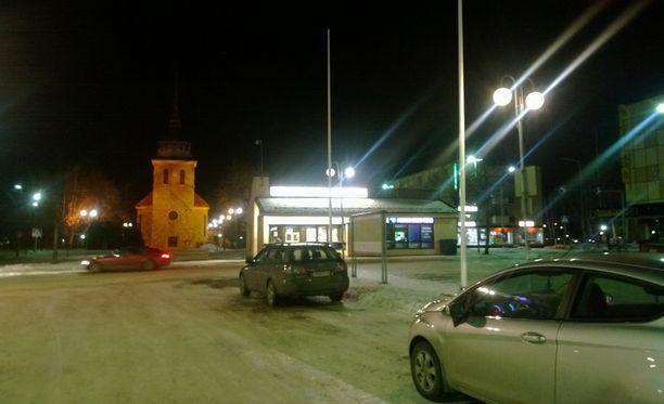 Nuoren naisen kuolema järkytti luokkatovereita Mänttä-Vilppulan torilla.