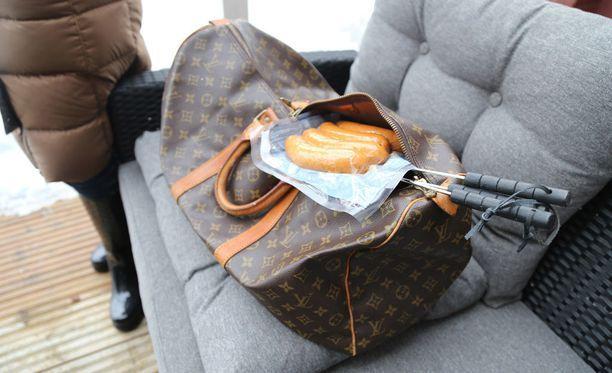 Pariskunta kuljetti eväät kesämökille luksusbrändin laukussa.