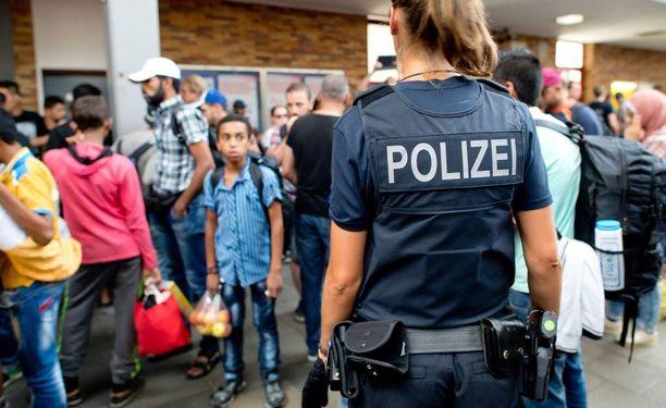 Unkarista junalla saapuneet pakolaiset odottivat eilen kuljetusta vastaanottokeskukseen Münchenin päärautatieasemalla.