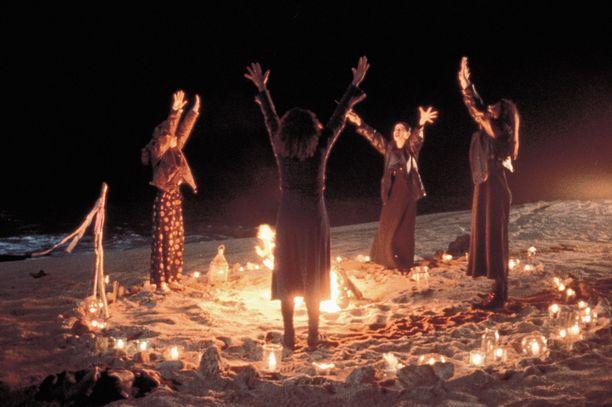 Noitapiirissä noidat tekivät taikojaan muiden päänmenoksi.