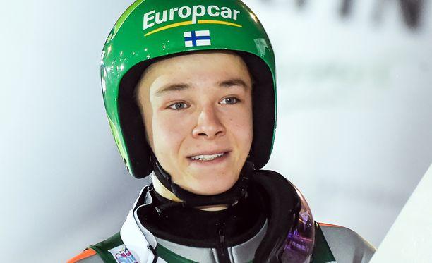Eero Hirvonen ampaisee kymmenen kilometrin hiihto-osuudelle yhdeksäntenä.