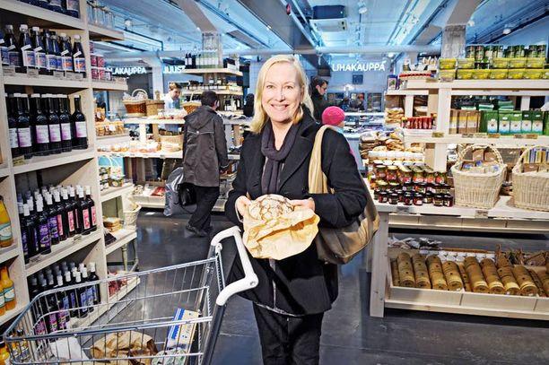 Tyytyväinen Helsinkiläinen Tiina Nopola ihastui heti Eat & Joyn uuteen Kluuvin kauppahalliin. Ostoskärryihin kertyi leipää, kalaa, tomaatteja, kananmunia ja vihanneksia – kaikki luomuna. – Mielelläni maksan hyvästä, hän totesi.