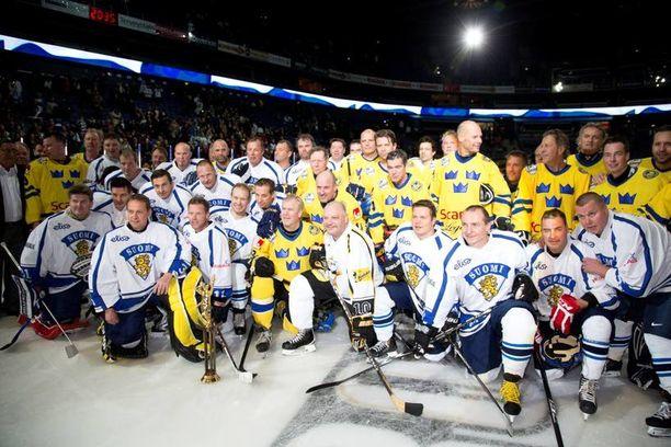 Maailmanmestarit ja Ruotsin legendat kokoontuivat pelin jälkeen yhteiskuvaan.