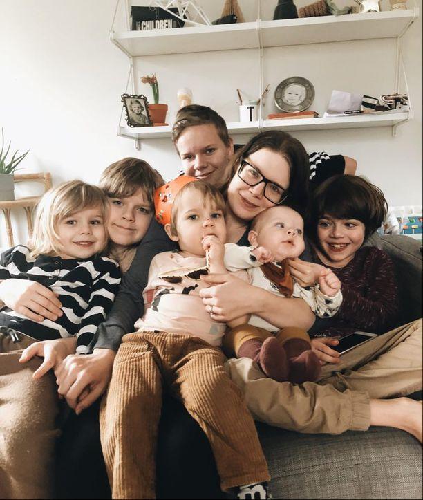 Kuvassa vasemmalta oikealle Mio, Noel, Teo, Lukas, Sonia, Edvin ja Oliver.