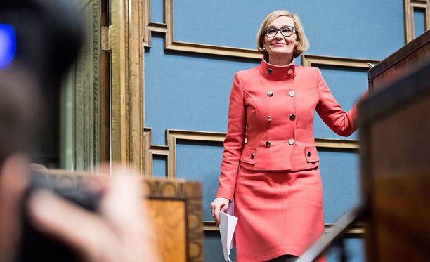 Perussuomalaisten sopeutumisrahanäkemykset saivat eduskunnan puhemies Paula Risikon (kok) puhisemaan.