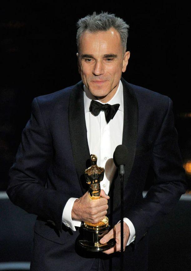 Daniel Day-Lewis liikuttui palkintokorokkeella.