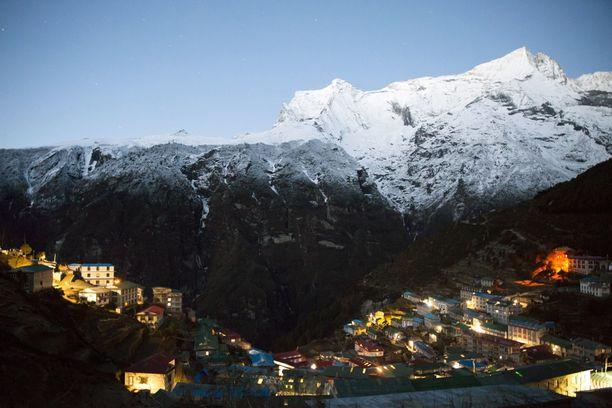 Mount Everest Namche Bazaarin kaupungista käsin katseltuna.