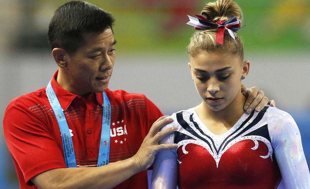 Qi Hanin (vas.) entinen valmennettava Ashton Locklear (oik.) nosti julkisuuteen 47-vuotiaan valmentajan raa'at valmennustavat.